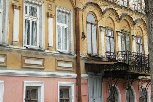 Фасад с кованым балконом
