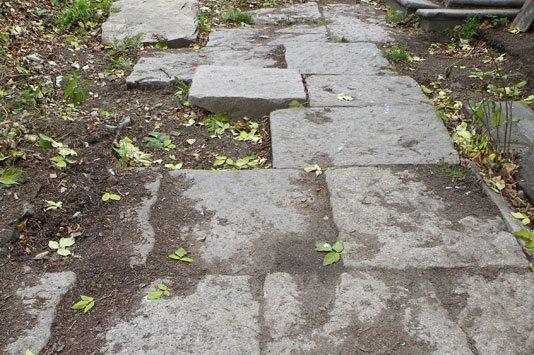 Шагая по этим гранитным плитам, можно ощутить атмосферу старого Екатеринбурга