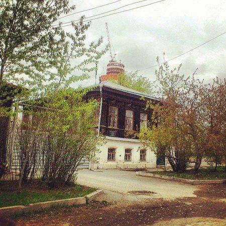 В этом доме ювелира Антипина, какое-то время жил уральский горщик Данила Зверев