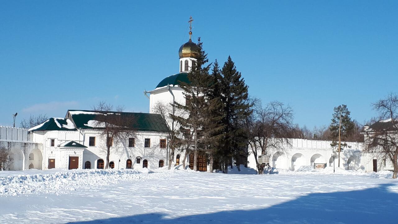 Вид на надвратную церковь во имя апостола Иоанна Богослова со стороны Скорбященской церкви