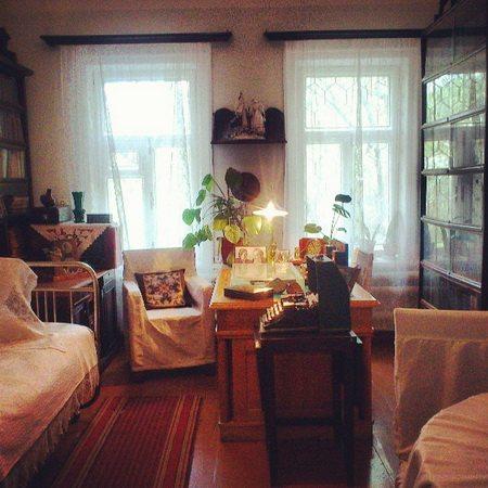В комнате очень уютно