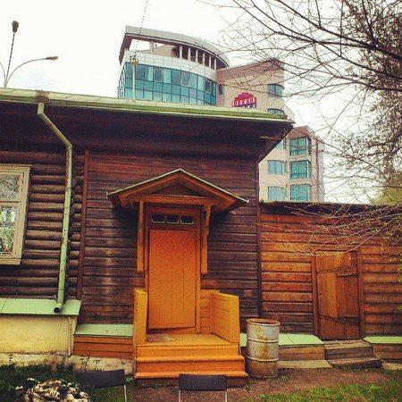 Дворик и крыльцо дома Бажова