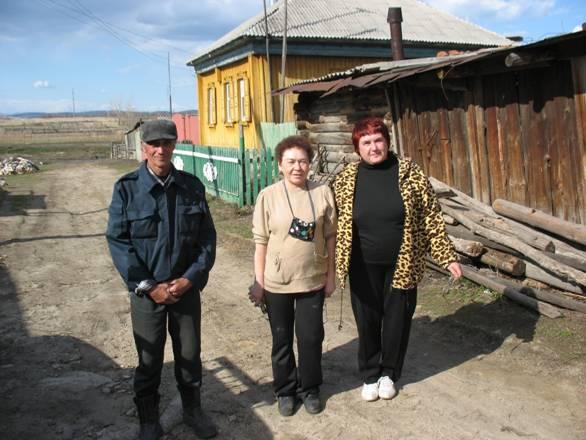 Жавдат Талгатович Аитов со своей сестрой Фердоусь (в центре)