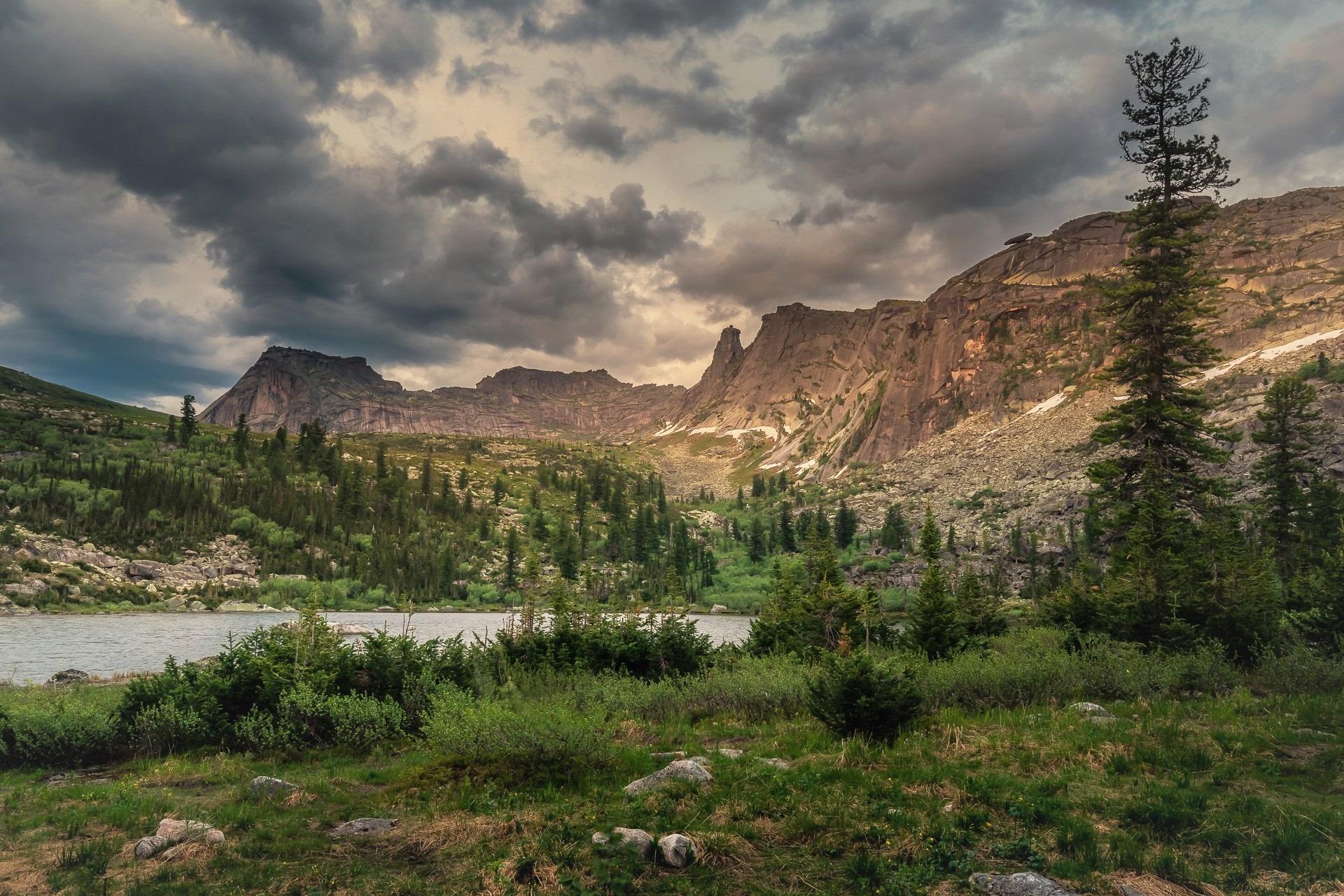 Озеро Радужное, а на горе, чуть левее кедра, виднеется Висячий камень