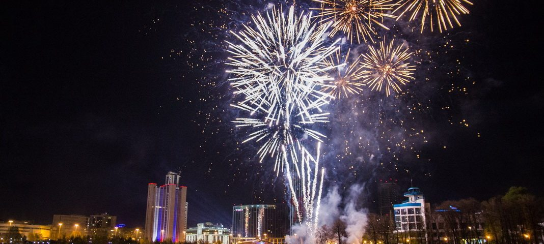 9 мая 2017 в Екатеринбурге: салют и праздничный фейерверк