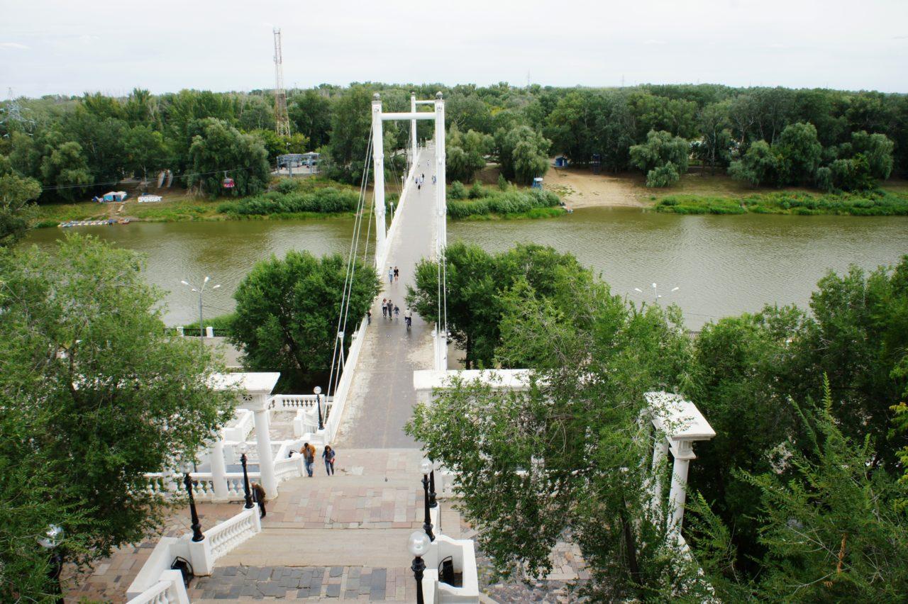 Пешеходный мост из Европы в Азию, через реку Урал