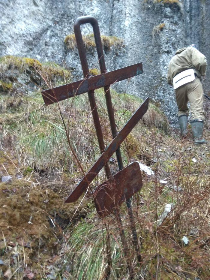 Крест возле пещеры