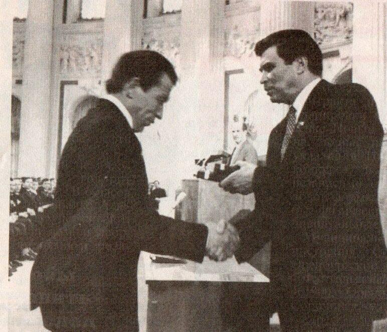 С. А. Шалаев вручает награду