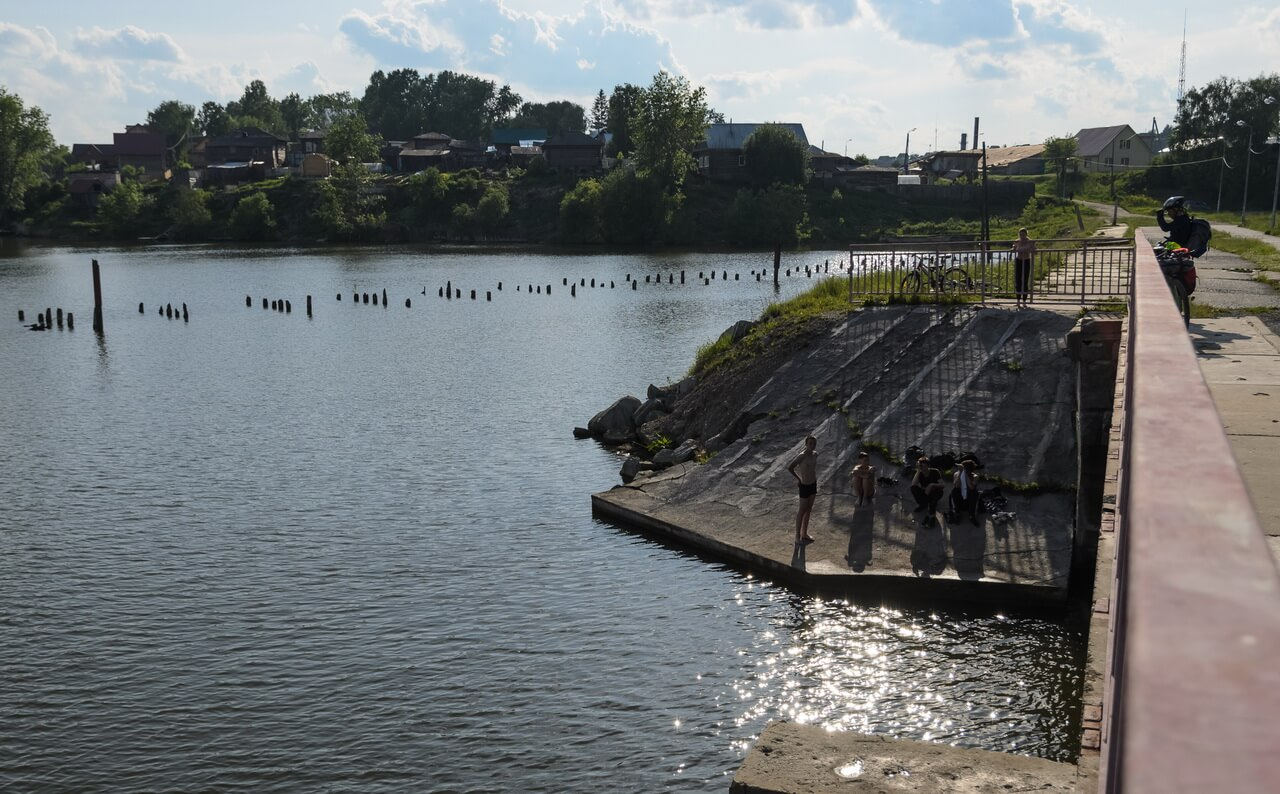Катав-Ивановск, дамба, пацаны купаются