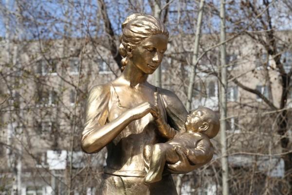 Скульптура «Мать и дитя», Березовский, Свердловская область