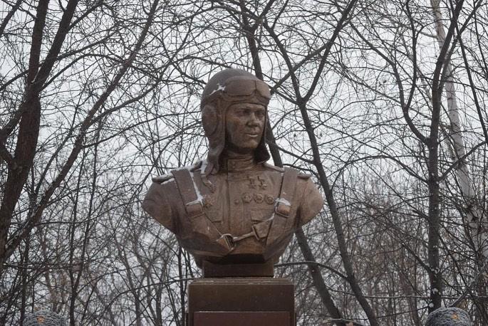 На Урале открыли бюст легендарному летчику Григорию Речкалову