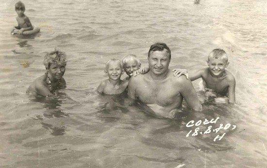 В советские годы у работников Уралвагонзавода было принято отдыхать на Чёрном море. В Сочи проводила отпуск и семья Домрачевых. Старший сын Олег на снимке справа от папы. Фото из личного архива.
