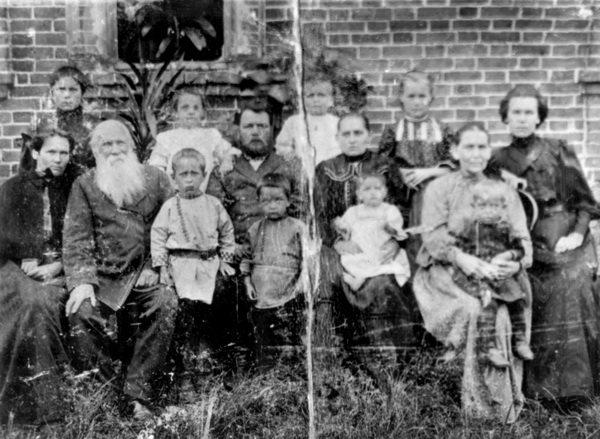 Семейная фотография Чусовитиных от 1909 года. Второй слева Елисей Иванович