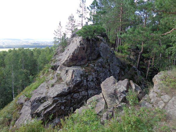 Скалы Дыроватика с колонной