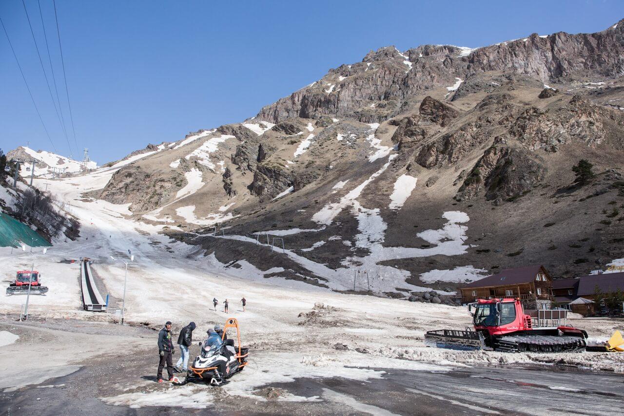 Вид на горнолыжный склон с поляны Азау. В левой части кадра видны уходящие ввысь тросы канаток. С этого же места стартуют этапы Red Fox Adventure Race!