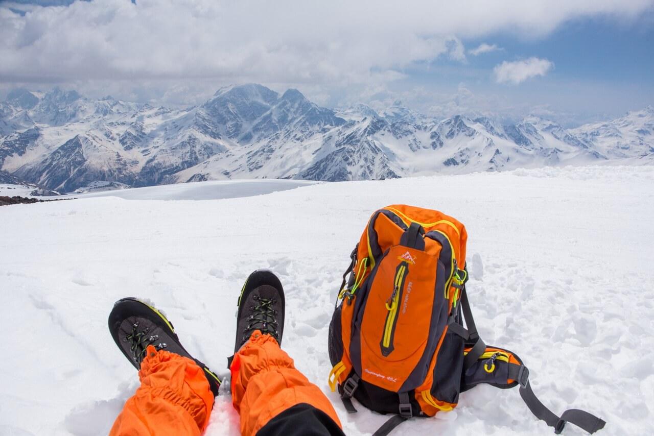 Небольшой отдых на 4200 м. Про оранжевый цвет экипировки я расскажу в отдельной заметке )))