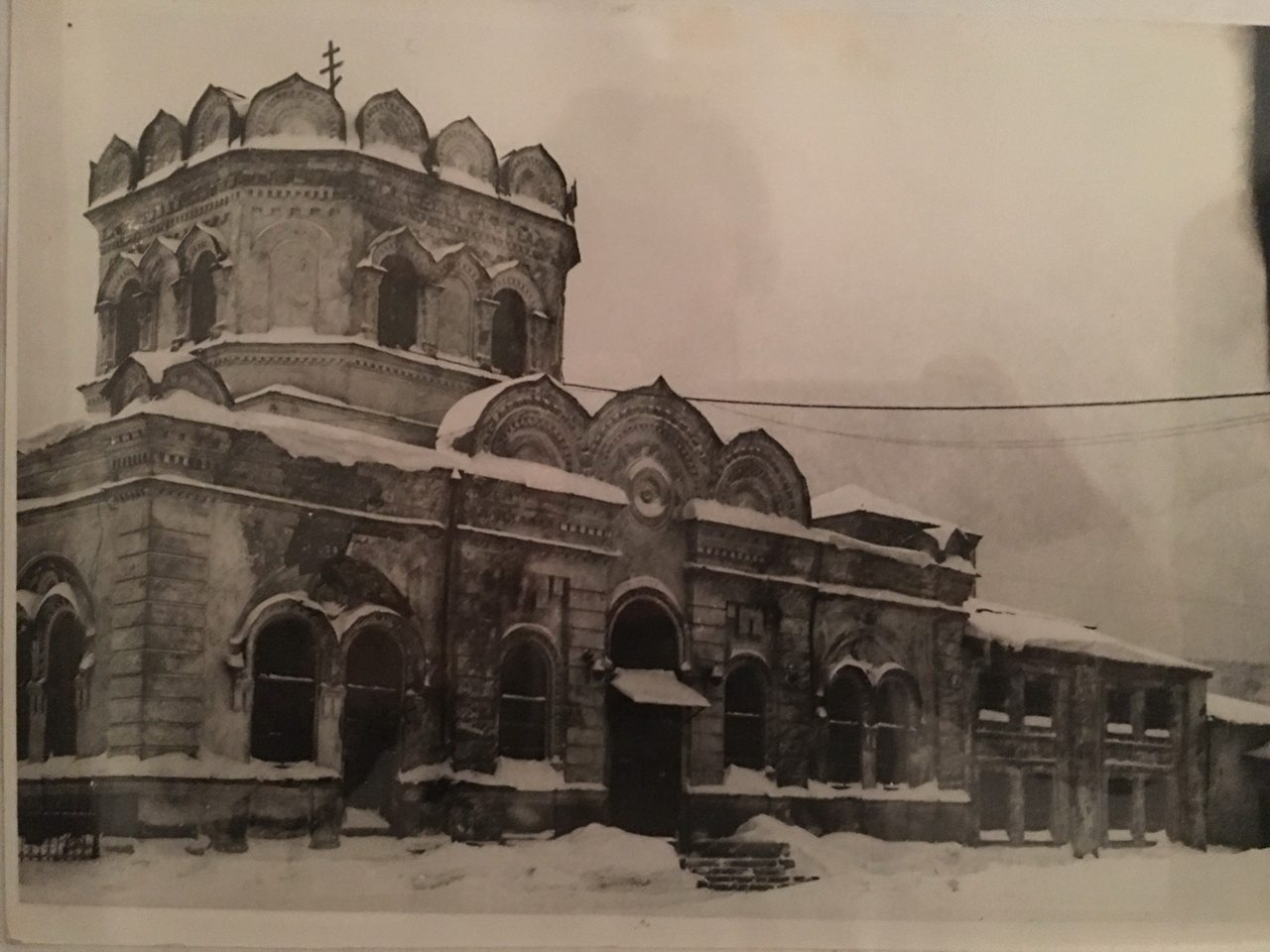 Фото середины 90-х годов ХХ века, после возвращения Храма верующим...