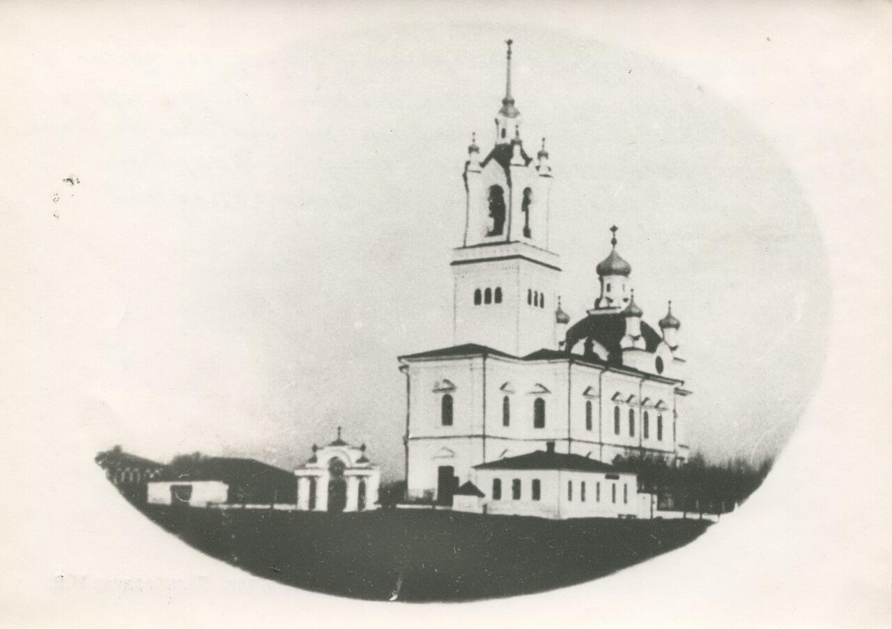 Покровский собор. Перед углом здания церковного правления видна часовенка с крестом на крыше