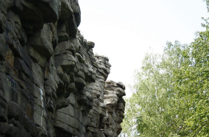 северная сторона каменной стены отвесна