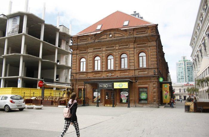 Екатеринбург - город контраста в архитектуре, где рядом с старыми зданиями строятся современные, далекие по стилю дома
