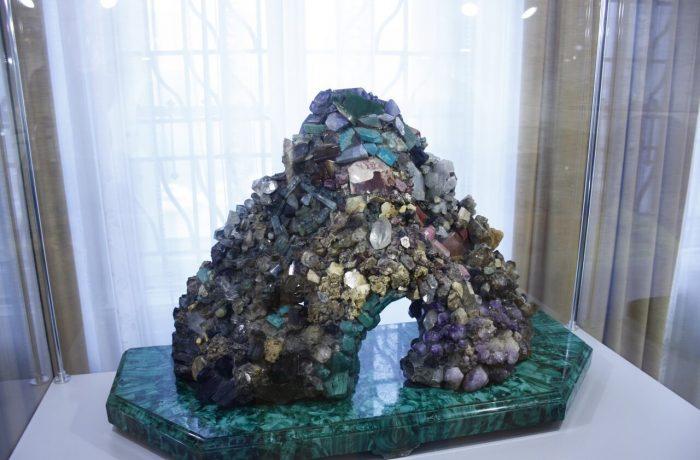 каменная горка из самоцветов