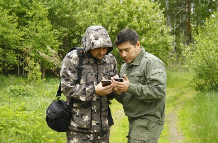 дядя Лёша и папа пытаются отгадать квест, где спряталась Хозяйка медной горы