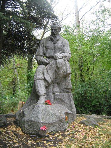 Памятник на могиле Бажова