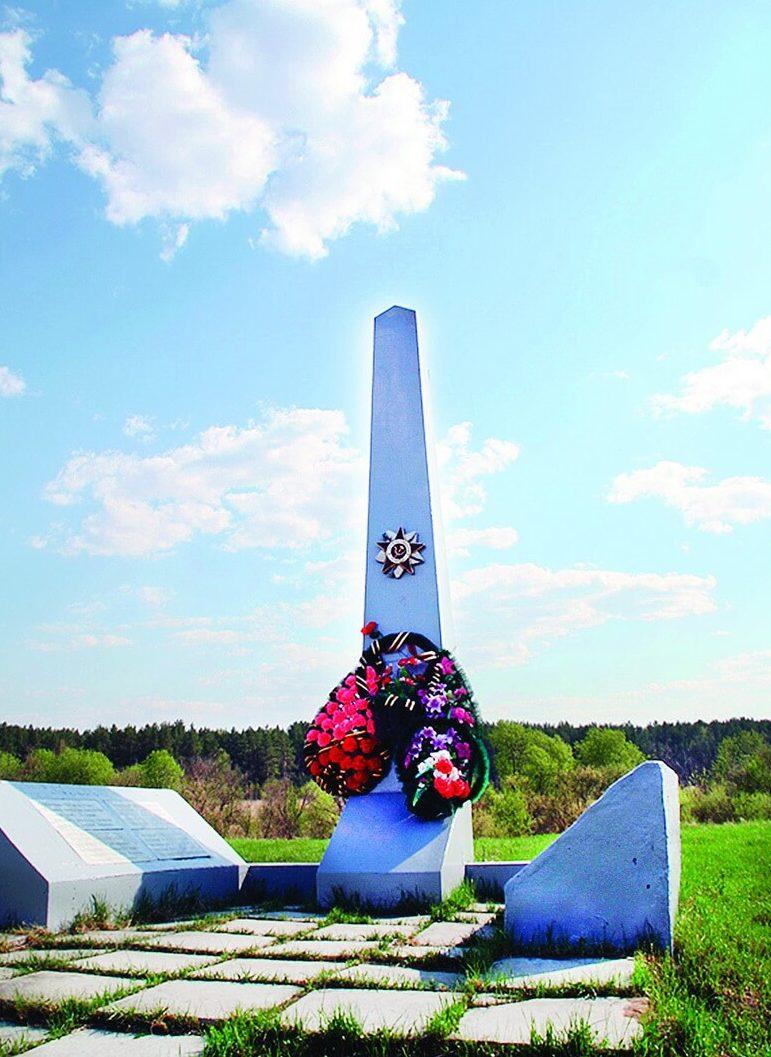 Центральное место в селе Маханово зани- мает обелиск погиб- шим воинам Великой Отечественной войны
