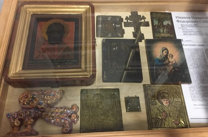 А это небольшой краеведческий музейный уголок со святынями и документами