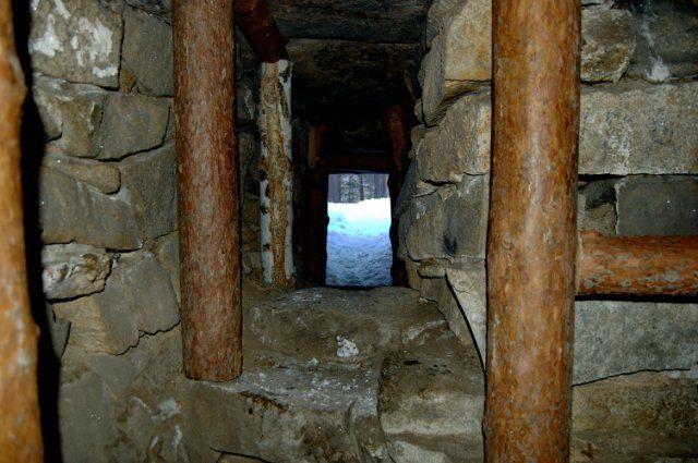 Внутри большого мегалита IV тыс. до н. э. (остров Веры озера Тургояк)