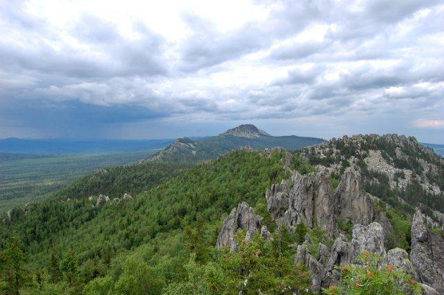 Вид с Двуглавой сопки Таганая на хребет.