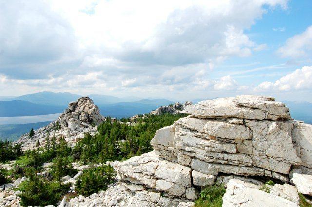 Скальные останцы Медведи на вершине хребта Зюраткуль.