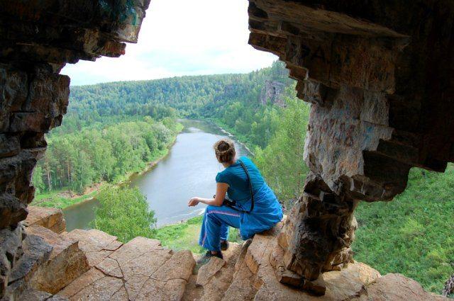 Вид с «балкона» Идрисовской пещеры на реке Юрюзань.