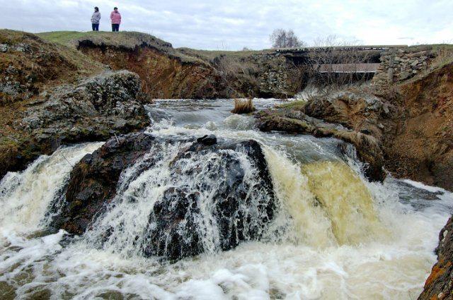 Небольшой водопад на речке Уй.