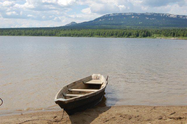 Озеро и хребет Зюраткуль.
