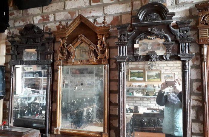 И зачем же на зеркалах делать сверху зеркальное окошечко? Вообще-то, серебро, из которого делалась зеркальная гладь, в 19-м веке (да и сейчас ничего не изменилось) стоило недешево. Изготовители всегда делали это окошечко. Но почему так расточительны были покупатели? Почему они принимали этот дорогой дизайн?