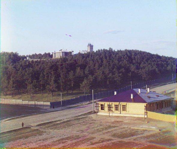Это вид Обсерваторской горки в начале двадцатого века, примерно в 1910 году (вид со стороны Александровского проспекта, ныне улица Декабристов). Фото взято с сайта 1723.ru