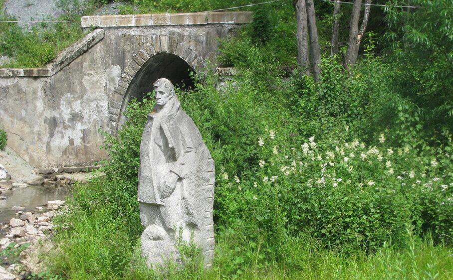 Памятник Александру Грину в парке реки Чусовой