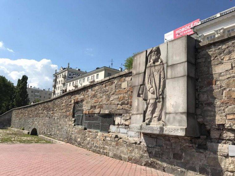 Памятник первому строителю в Екатеринбурге