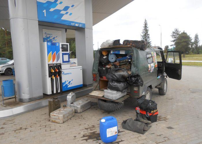 Затаривание бензином на последней заправке в Ивделе. Примерно 240л в каждую машину