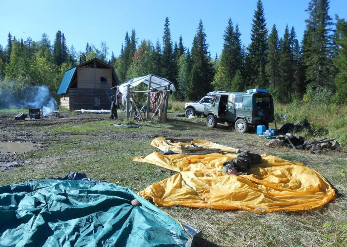 База Ильича. Все заняты делами- Санек придерживает сохнущую палатку всем телом, чтобы ее ветром не сдуло :)))