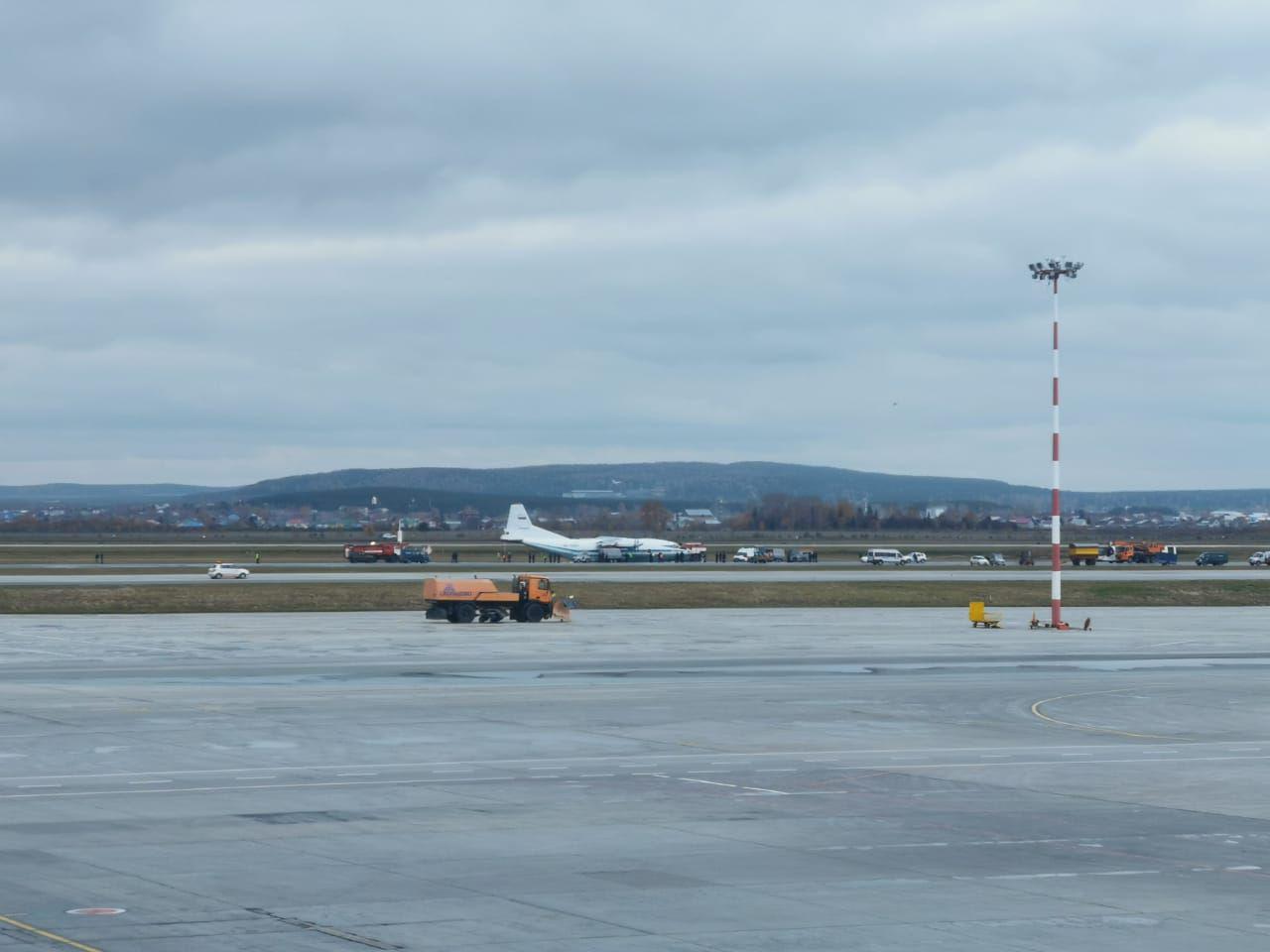 В Кольцово совершил аварийную посадку самолет