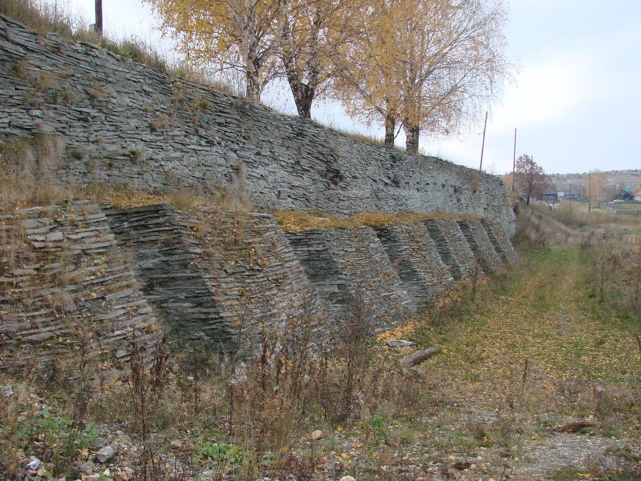 Стенка плотины пруда