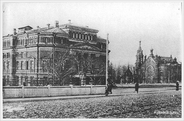 Справа видна Мариинская женская гимназия