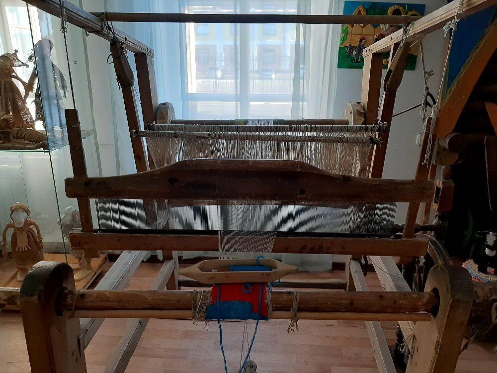 Ткацкий  станок,  на таких станках ткали деревенские рукодельницы ковры и дорожки
