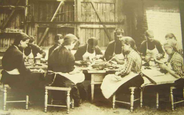 Девочки из Сысертского приюта учатся пошиву обуви