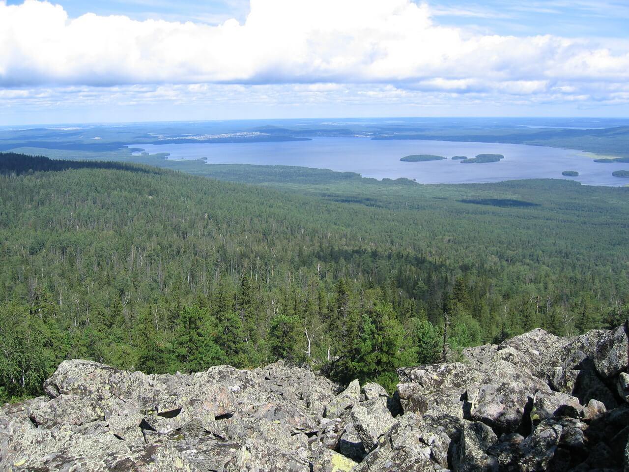 Черноисточинский пруд и остров Сосновый, слева. Вид с Белой горы