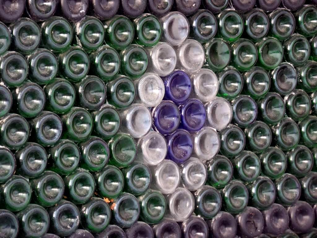 Житель Челябинской области живет в доме из 12 000 бутылок от шампанского