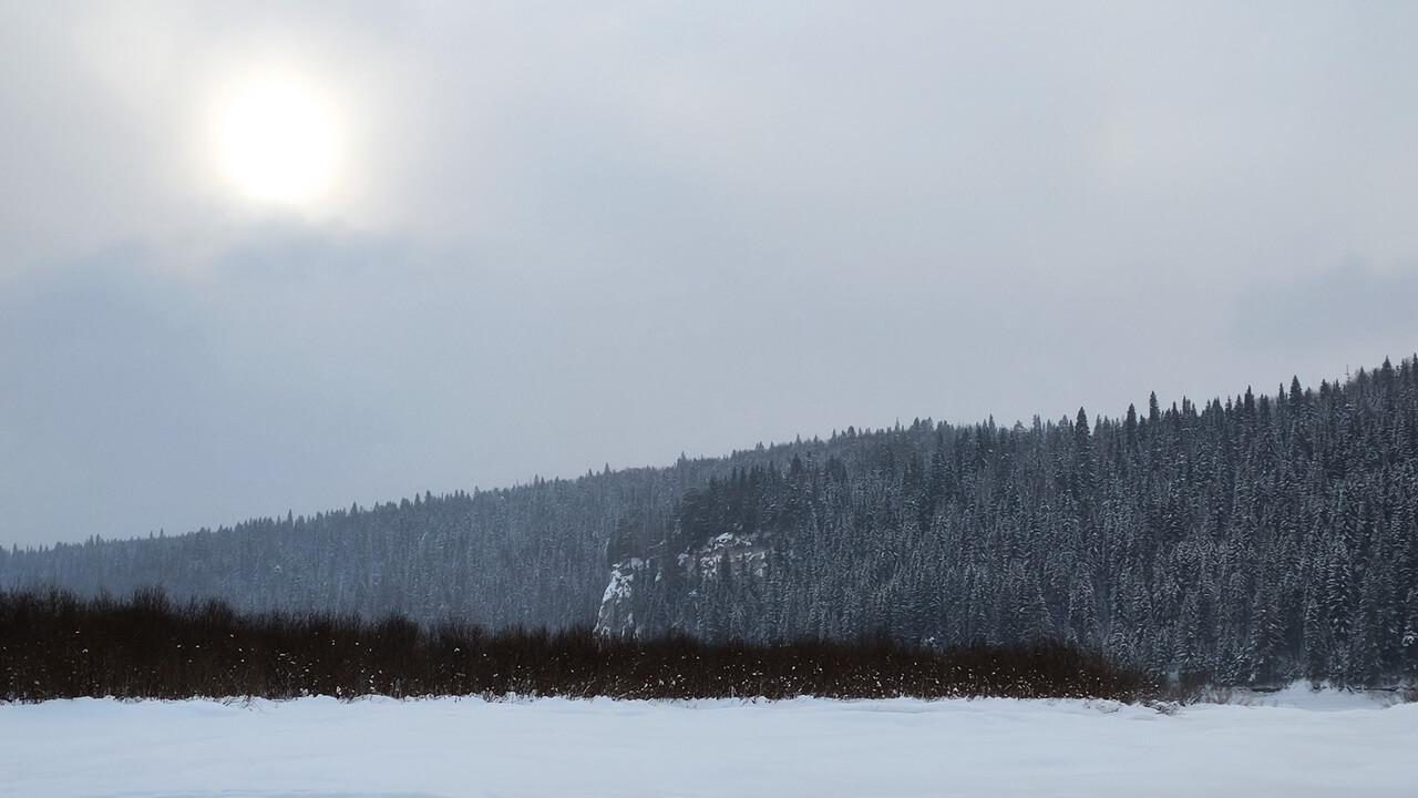 С устья реки Койва открывается вид на камень Филин, расположенный напротив поселка