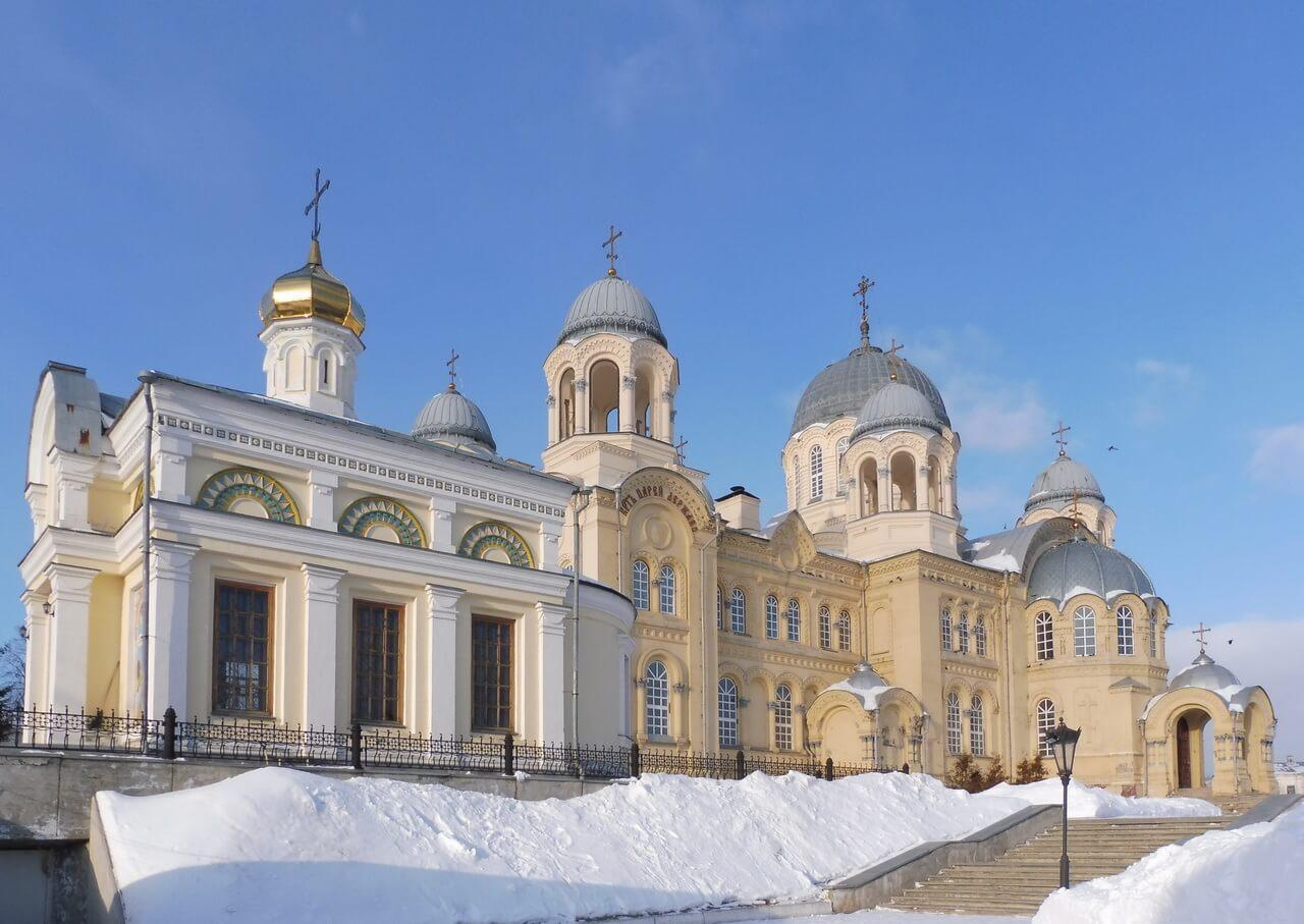 Никольская церковь на фоне Преображенского собора, Верхотурье, Меркушино, храмы Свердловской области
